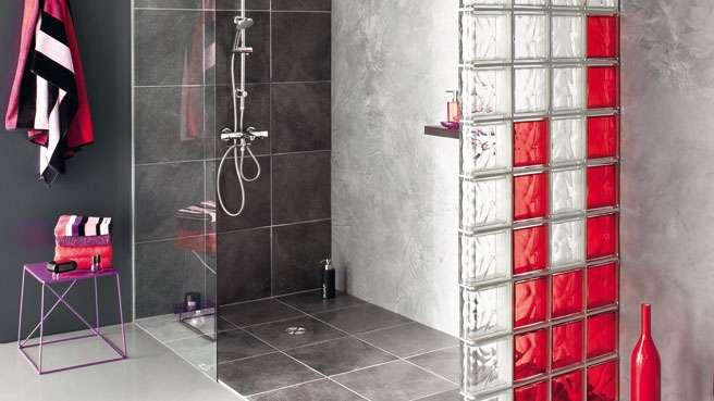 DES BRIQUES DE VERRE DANS LA SALLE DE BAINS Axces Habitat - Mur en brique de verre salle de bain